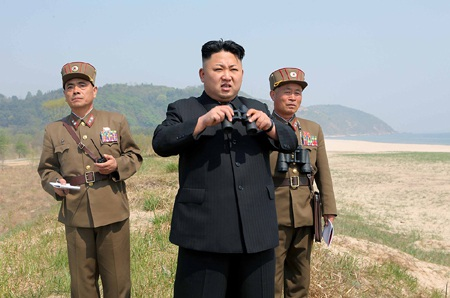 Ông Kim Jong-un (giữa) thị sát một cuộc tập trận