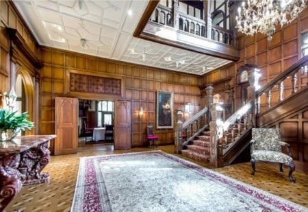 Sảnh chính của tòa nhà vô cùng sang trọng, với trần cao cầu thang gỗ và đèn chùm pha lê