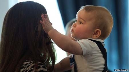 Hoàng tử nhỏ nước Anh nghịch tóc mẹ