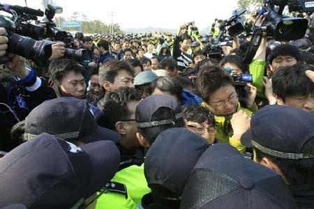 Người nhà nạn nhân xô đẩy với cảnh sát sau khi có ý định lên Seoul biểu tình