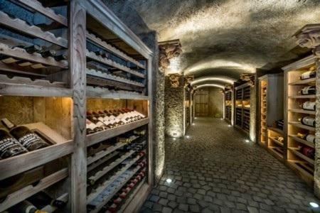 Tòa nhà còn có cả một hầm rượu