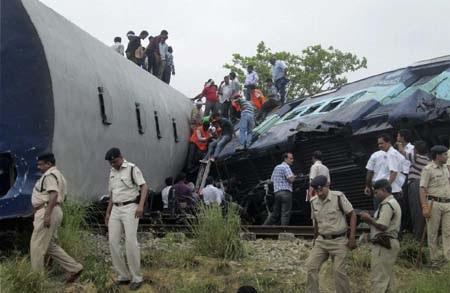 Đoàn tàu có 6 toa bị trật đường ray sau cú va chạm