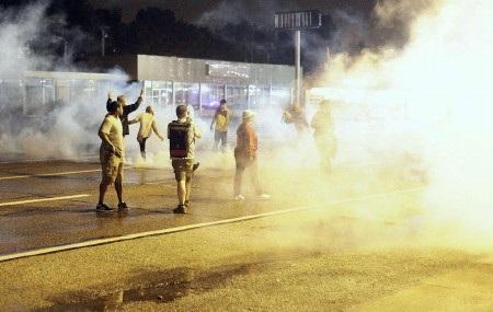 Nhiều kẻ quá khích tại Ferguson đã bất chấp lệnh giới nghiêm