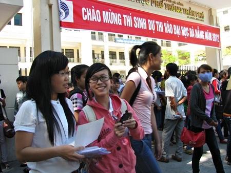 Các thí sinh thi vào ĐH Đà Nẵng năm 2012.