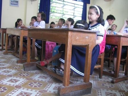 Các HS lớp 3 bậc tiểu học đã bắt đầu phải khom lưng khi viết bài trong lớp học.