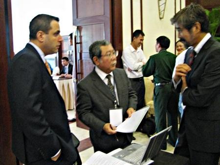 Đại biểu các nước trao đổi bên lề Hội nghị