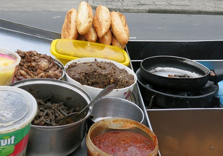 Đã có gần 30 người bị ngộ độc do ăn bánh mỳ nghi có nhiễm vi sinh vật trong nhân (ảnh minh họa)
