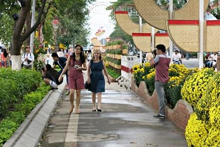 Du khách tham quan đường hoa xuân dọc bờ sông Hàn, Đà Nẵng trong Tết Quý Tỵ