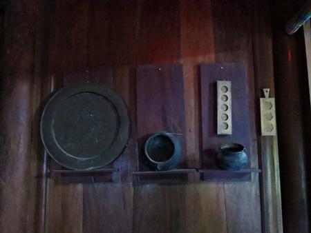 Năm tháng khiến cho những hạng mục, vật dụng làm bằng gỗ mít lâu năm lên màu nâu bóng