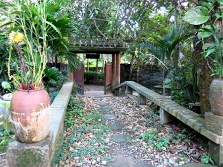 Phía sau cánh cổng nhà là lối đi lát đá sỏi sâu chừng hơn 10 mét mở ra một khung cảnh thơ mộng
