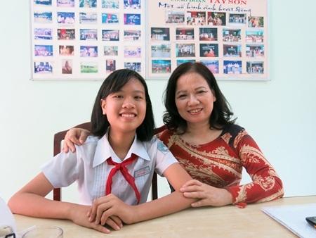 Thùy Dương và cô Phạm Thị Phong - giáo viên bộ môn Văn lớp 6/10 Trường THCS Tây Sơn (Đà Nẵng).