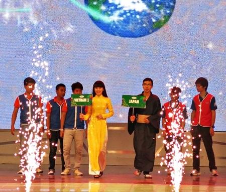 Đội Việt Nam 1 và đội Nhật Bản trước trận chung kết ABU Robocon 2013