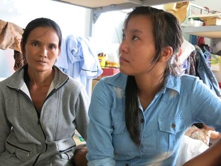 Cô học trò đầy nghị lực quay đi cố giấu nước mắt khi nghe mẹ kế lchuyện nhà em với chúng tôi.