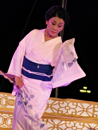 Điệu múa truyền thống của xứ hoa anh đào do nghệ sỹ Nhật trình diễn