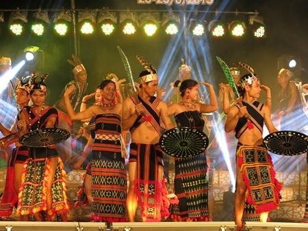 Điệu múa Tung tung da dá của dân tộc Cơ Tu ở Quảng Nam thu hút người xem
