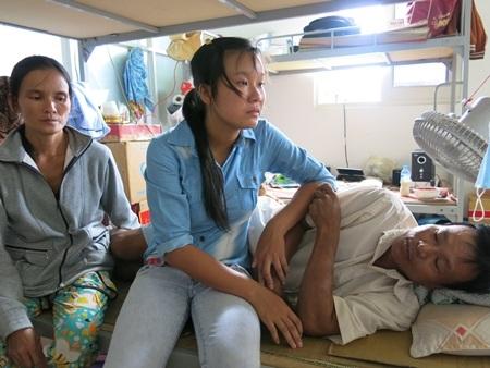 Cha Thảo ngã bệnh từ 7 năm nay và gần như ở hẳn trong bệnh viện để chạy thận định kỳ 3 lần/tuần.
