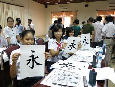 Hoạt động thuyết trình và giao lưu thư pháp Nhật Bản cũng thu hút rất nhiều người tham gia