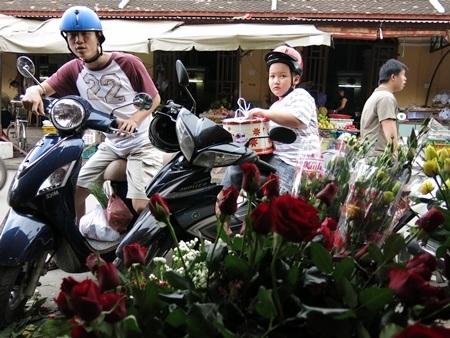 Du khách nước ngoài cũng thích thú với không khí Ngày Phụ nữ Việt Nam ở phố cổ Hội An