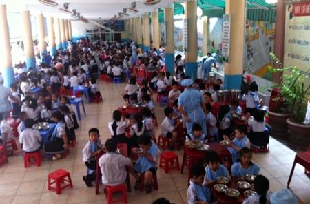 Toàn trường có hơn 900 HS các khối 1,2,3 học bán trú (ảnh PV chụp tại trường ngày 9/10)