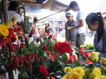 Khách rộn ràng chọn mua hoa tươi ở chợ trung tâm phố cổ Hội An (Quảng Nam) sáng 20-10