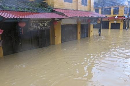 Lũ ngập sâu từ 0,5 - 1 mét tại nhiều tuyến phố trong trung tâm phố cổ Hội An