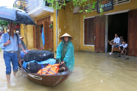 Người dân và du khách khẩn trương di dời tới nơi cao ráo hơn.