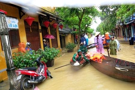 Hàng ngàn ngôi nhà vẫn ngập sâu trong nước lũ
