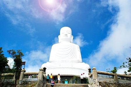 Tượng Phật cao 27 mét tọa ở chùa Linh Ứng trên đỉnh Bà Nà
