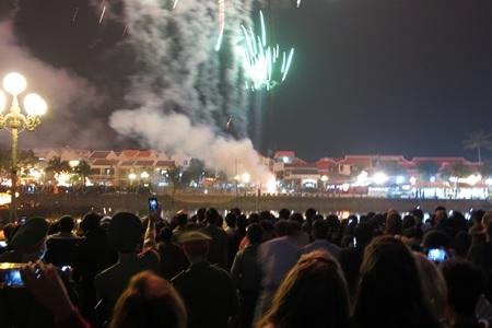 Vạn người dân và du khách ở Hội An đổ về hai bên bờ sông Hoài chờ xem pháo hoa