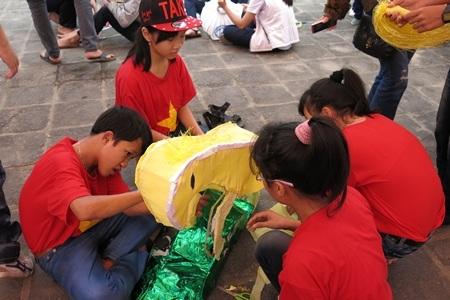 Nhiều mẫu đèn lồng được các em học sinh sáng tạo theo chủ đề Tết và năm Giáp Ngọ