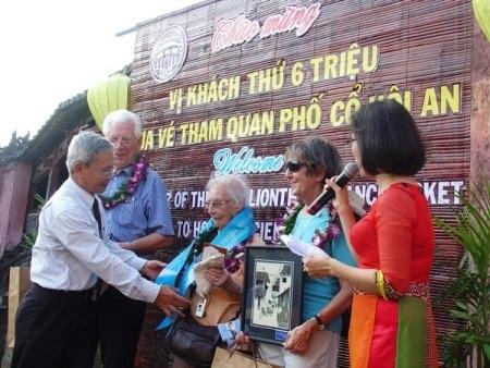 Ông Trương Văn Bay - Phó chủ tịch UBND TP chào mừng du khách thứ 6 triệu đến tham quan Hội An