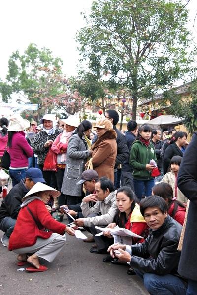 Còn cách chùa hàng km, xếp hàng lâu mới tới tới lượt vào chùa, khách dâng lễ thong thả giải trí