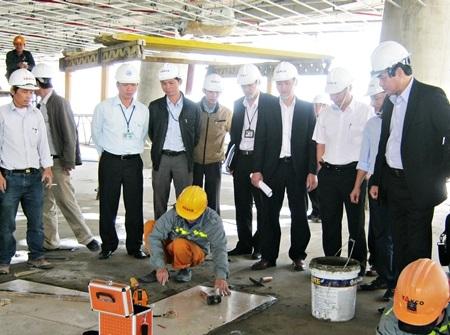 Chủ tịch UBND TP Văn Hữu Chiến (bìa phải) kiểm tra tiến độ thi công công trình