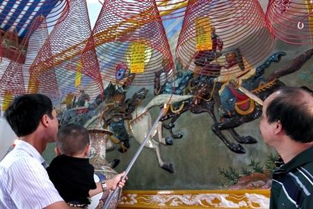 Khách vào bên trong chánh điện dâng hương trật tự theo hướng dẫn của nhà chùa
