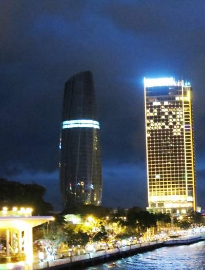 Nhiều hạng mục sáng đèn thi công trong đêm
