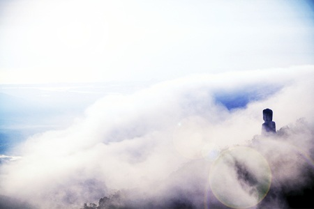 Tượng Đức Bổn Sư Thích Ca Mâu Ni trong khói sương huyền ảo như đang ở chốn bồng lai
