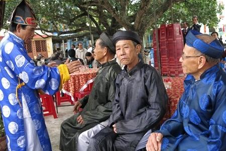 Các vị cao niên khăn áo chỉnh tề cùng người làng về dự lễ hội từ sáng sớm