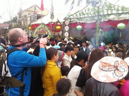 Du khách hào hứng ghi lại những hình ảnh từ lễ hội Bắp