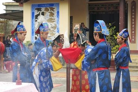 Trước các chính lễ, đều có nghi thức rửa mặt tỏ lòng thành kính trước khi dâng lễ