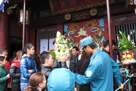 Nhà chùa chỉ mở cửa cho mỗi lượt 20 người vào dâng lễ, tránh cảnh xô bồ trong chùa