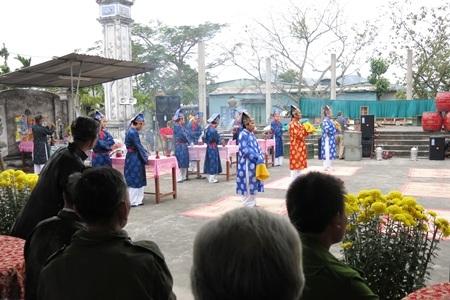 Người làng tổ chức lễ hội định kỳ hàng năm vào 12 tháng Giêng âm lịch