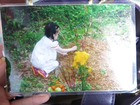 Kỷ niệm của cô bé con với người mẹ vắn số chỉ là những lần về quê ngoại thăm mộ mẹ