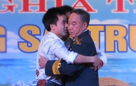 Anh hùng lực lượng vũ trang nhân dân, đại úy Vũ Huy Lễ (phải) xúc động gặp lại đồng đội