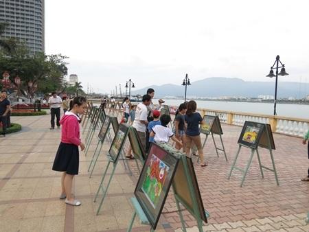 Các bức tranh đẹp được chọn ra trưng bày dọc theo bờ sông Hàn thu hút người xem.