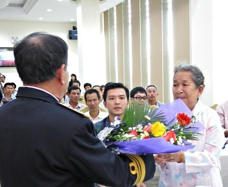 Dâng hoa tặng mẹ của anh hùng liệt sỹ Trần Văn Phương