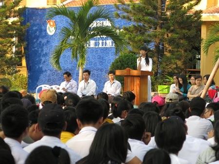 Giờ chào cờ đầu tuần lễ kỷ niệm 83 năm ngày thành lập Đoàn ở trường THPT Hoàng Hoa Thám (Đà Nẵng).