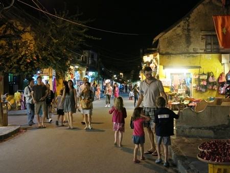 Trẻ em dưới 16 tuổi, không kể du khách trong hay ngoài nước, không phải mua vé tham quan phố cổ