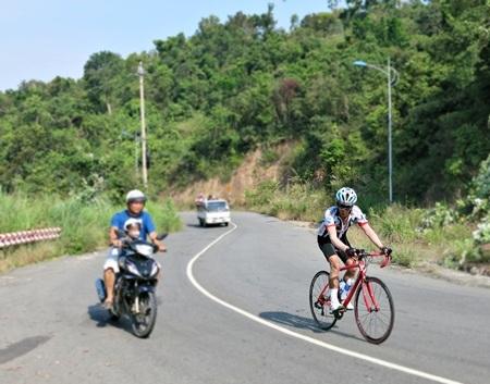 Các cổ động viên nhiệt tình theo suốt chặng đường đua