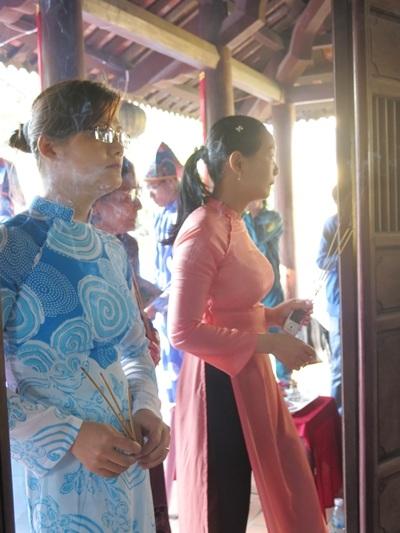 Đông đảo người dân về dự lễ hội đình làng Hải Châu và dâng hương lên tổ đình