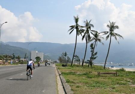 Các cua rơ vòng lại thẳng tiến hướng đỉnh Sơn Trà theo cung đường núi ve biển đẹp nhất Đà Nẵng